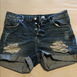 High rise distressed jean shorts💙
